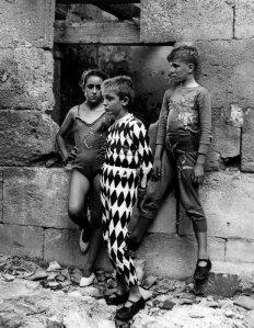 Lucien Clergue. Saltimbanques, 1954. Arles, musée Réattu
