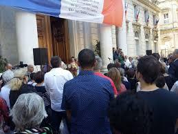 Devant l'Hôtel de ville d'Avignon, au lendemain de l'attentat de Nice