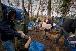 """26 novembre 2013. Steenvoorde. L'association Terre d'errance, prŽsidŽe localement par Damien Defrance, accompagne les migrants erythrŽens dans leur Žtape dans la ville. Pour l'hiver, le campement """"jungle"""" est dŽmantelŽ et les migrants sont logŽs prs du centre ville dans des tentes militaires, avec l'aval de la municipalitŽ. Le pre Bertrand Lener participe activement ˆ l'action solidaire. // © Olivier Touron / Divergence"""