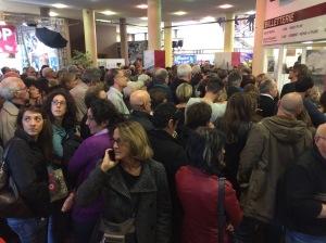 Dans le hall d'accueil du festival, la foule se presse !